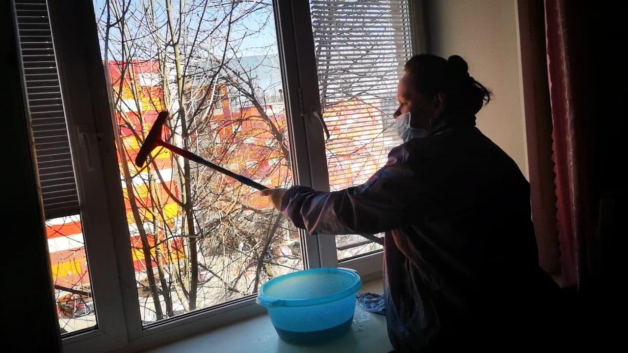 Помыть окна и пол в квартире