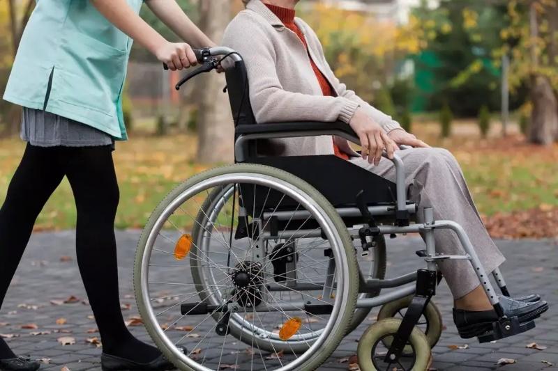 Сопровождающий для прогулок инвалиду-колясочнику