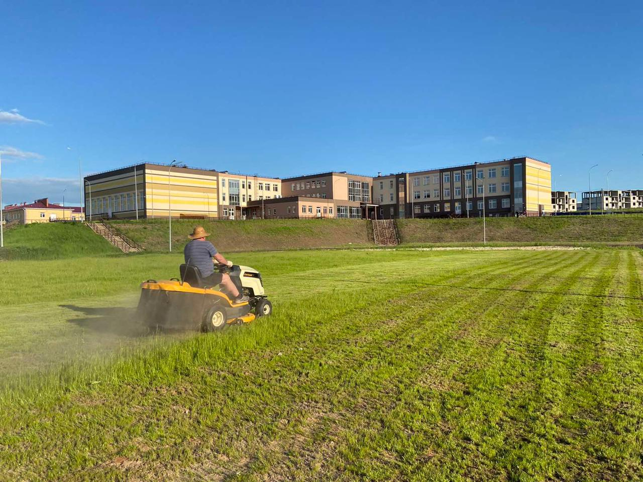 Давайте скосим траву около школы!
